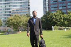 衣服的悦目非裔美国人的商人,通勤的o 免版税库存照片