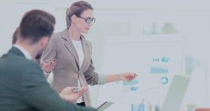 衣服的成功的女实业家在带领小组的办公室 免版税库存图片