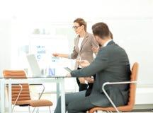 衣服的成功的女实业家在带领小组的办公室 免版税库存照片