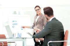 衣服的成功的女实业家在带领小组的办公室 库存照片
