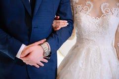 衣服的新郎拥抱婚纱的新娘 免版税库存照片