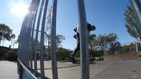衣服的溜冰者乘坐舷梯 股票录像
