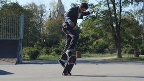 衣服的溜冰者去把戏推它冰鞋公园 影视素材