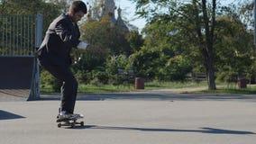 衣服的溜冰者去把戏FS流行音乐推它 影视素材