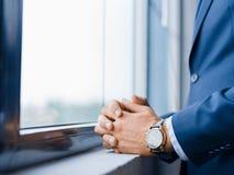 衣服的特写镜头人 在礼服的商人在窗口背景 衣服概念 复制空间 免版税库存照片
