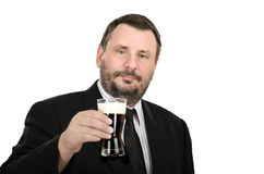 黑衣服的白种人人与强麦酒玻璃 免版税库存图片