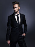 黑衣服的英俊的时髦的人 免版税库存照片
