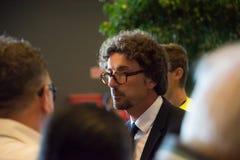 衣服的达尼洛Toninelli与平民谈话 免版税库存照片