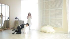 衣服跳舞霹雳舞的男孩在女孩前面 股票视频