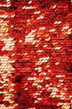 衣服饰物之小金属片特写镜头宏指令 与红色衣服饰物之小金属片的抽象背景 圆的衣服饰物之小金属片纹理标度  库存照片