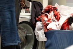 洗衣机和等待他们的轮的肮脏的洗衣店 图库摄影