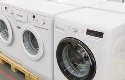 洗衣机在商店被卖 免版税库存图片
