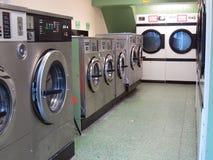 洗衣机在自动洗衣店。 库存图片