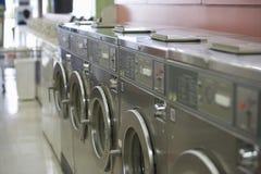 洗衣机在自动洗衣店 免版税库存照片