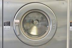 洗涤Machiine门的Washday被关闭 库存照片