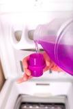 洗衣机的倾吐的洗涤剂 免版税库存图片