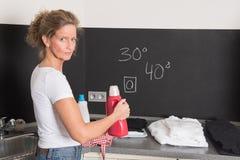 洗衣机的妇女 免版税库存照片
