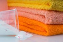 洗衣机的洗涤剂在与毛巾的洗衣店 免版税库存照片