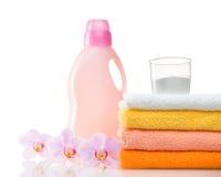 洗衣机的洗涤剂在与毛巾的洗衣店 免版税库存图片