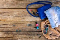衣物、妇女` s辅助部件和化妆用品在老木背景 免版税库存照片