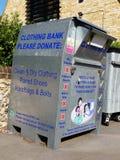 衣物、鞋子、提包和传送带的捐赠的衣物银行 免版税图库摄影