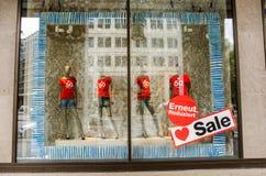 衣物与折扣标记的商店显示 免版税图库摄影