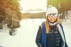衣物冬天 微笑的妇女一个滑雪假期 免版税库存照片