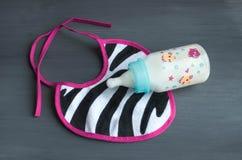 衣物和辅助部件新出生的顶视图瓶用牛奶 免版税库存图片