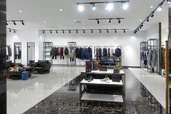 衣物商店内部时尚商店 免版税库存照片