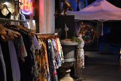 衣物垂悬在一家时髦商店外面 免版税库存图片