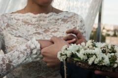 衣物夫妇日愉快的葡萄酒婚礼 新郎在新娘` s手安置圆环 照片特写镜头 库存图片