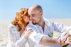 衣物夫妇日愉快的葡萄酒婚礼 耦合愉快的爱年轻人 海滩新娘新郎热带婚礼 图库摄影
