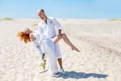 衣物夫妇日愉快的葡萄酒婚礼 耦合愉快的爱年轻人 海滩新娘新郎热带婚礼 库存照片