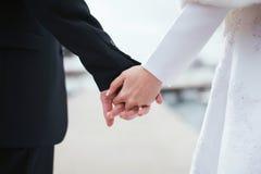 衣物夫妇日愉快的葡萄酒婚礼 免版税图库摄影