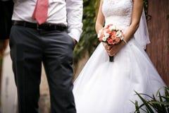 衣物夫妇日愉快的葡萄酒婚礼 图库摄影