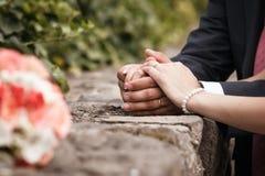 衣物夫妇日愉快的葡萄酒婚礼 库存图片