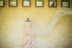 衣物夫妇日愉快的葡萄酒婚礼 库存照片