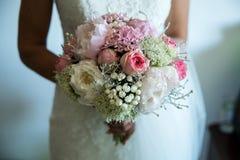 衣物夫妇日愉快的葡萄酒婚礼 免版税库存图片