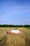 衣物女孩干草堆位于农村 免版税库存图片