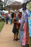 衣物摊的非裔美国人的妇女商店春天庭院的显示土尔沙俄克拉何马美国4 13 2018年 图库摄影