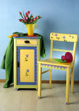 衣物柜和椅子 免版税库存图片