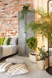 衣物柜和植物在卧室 库存图片