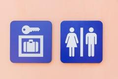 衣物柜和洗手间的蓝色标志或标志 库存照片