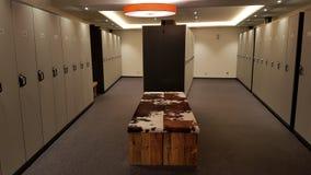 衣物柜在一间现代滑雪屋子 免版税库存图片
