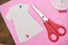 衣物样式,缝合的辅助部件顶视图,裁缝工作场所,许多为针线,刺绣,手工制造反对和handicra 库存图片