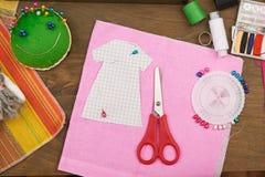 衣物样式,缝合的辅助部件顶视图,裁缝工作场所,许多为针线,刺绣,手工制造反对和handicra 免版税库存图片