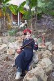衣物演奏佩带的zhuang的女孩guqin 库存照片