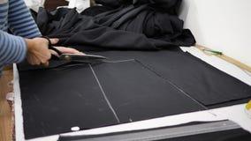 衣物生产技术,剪刀在专业裁缝的手上在工作场所切开组织 股票视频