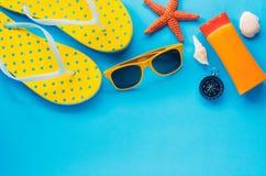 衣物辅助部件为在蓝纸地板上的夏天 免版税库存图片