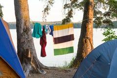 衣裳和烘干的毛巾吊由帐篷 免版税图库摄影